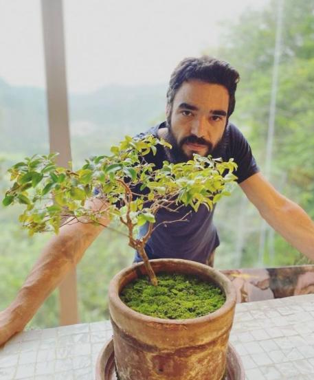 O ator compartilha um pouco de sua vida nas redes sociais (Foto: Instagram/ @caio_blat)