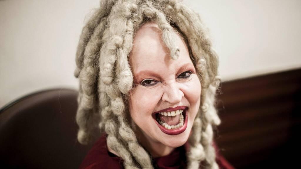 Elke Maravilha é russa - A saudosa Elke Maravilha nasceu em São Petersburgo, na Rússia. A artista veio para o Brasil quando tinha apenas seis anos, pois sua família sofria perseguições políticas. Ela fez um enorme sucesso com suas perucas e roupas ousadas durante os anos 70 e 80. (Foto: Reprodução / Facebook)