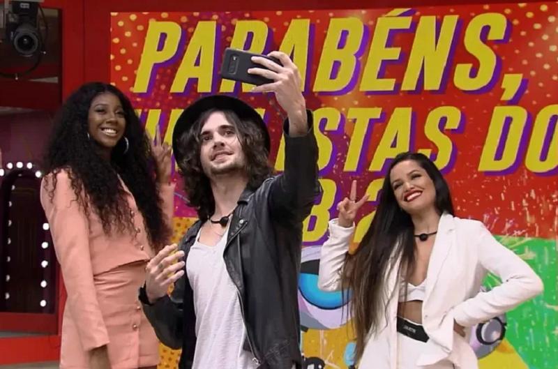 Boninho parabenizou Juliette, Camilla de Lucas e Fiuk, os finalistas do BBB 21, em suas redes sociais. (Foto: Reprodução/ Globo)