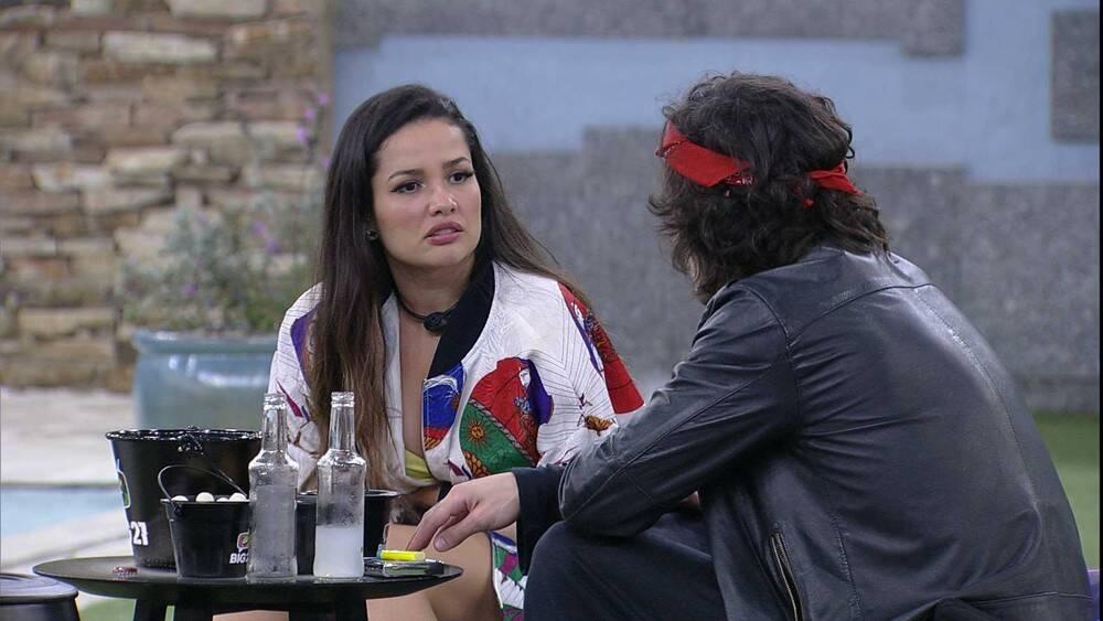 Os dois estavam reunidos na área externa da casa, (Foto: Reprodução/ Globo)