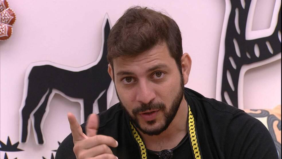 Em uma disputa contra Fiuk e Gilberto (Foto: Reprodução/Globo)