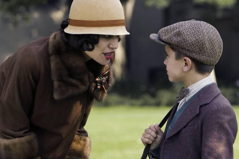 """""""A Troca"""" - O filme é baseado em um caso que aconteceu em 1928, em Los Angeles. Na história, Christine Collins, descobre que seu filho, Walter desapareceu. Cinco meses depois, ela recebe a notícia de que o filho foi encontrado em Illinois. Mas, para sua surpresa, o menino que chega não é o seu filho e ela precisa enfrentar as autoridades para lidar com a situação. (Foto: Divulgação)"""