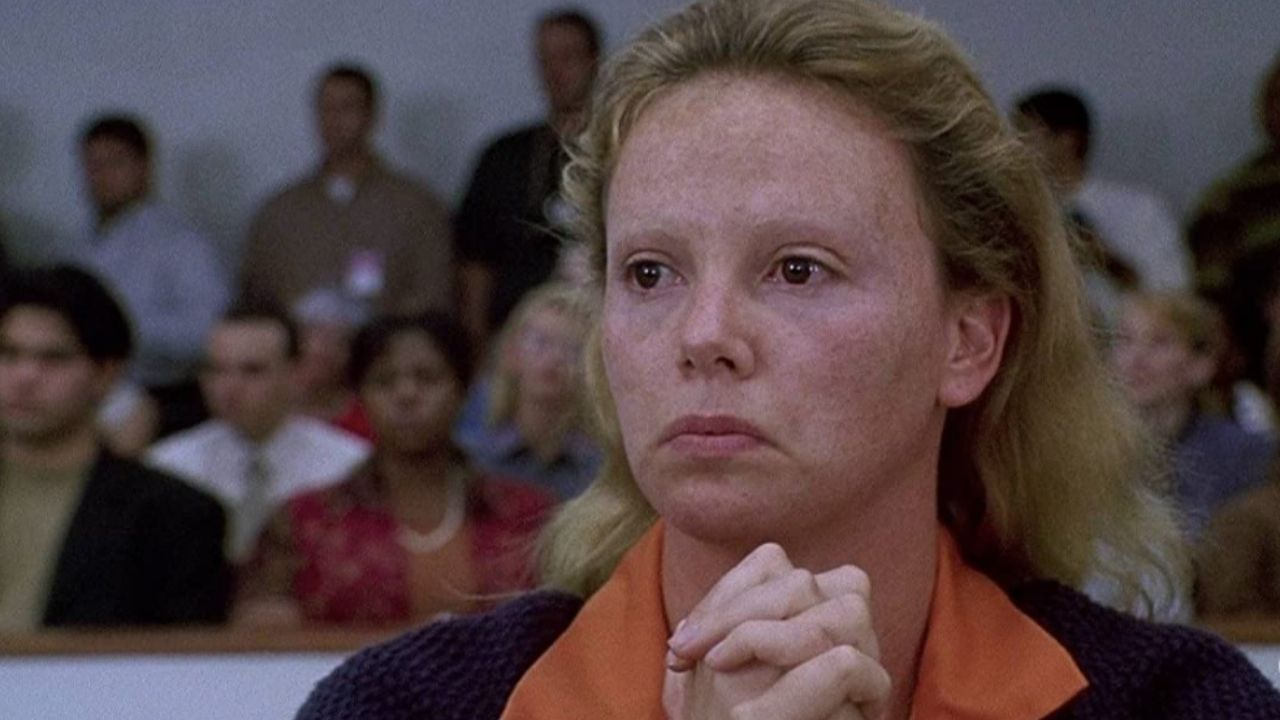 """""""Monster: Desejo Assassino"""" - Charlize Theron interpreta a serial killer Aileen Wuornos. Dirigido por Patty Jenkins, o filme aborda a vida e os crimes de Wuornos. (Foto: Divulgação)"""