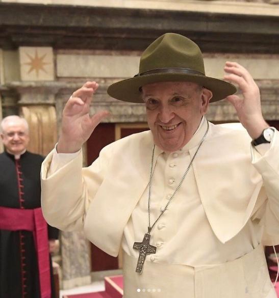 ele brincou com dois padres brasileiros e o vídeo viralizou na internet (Foto: Instagram)