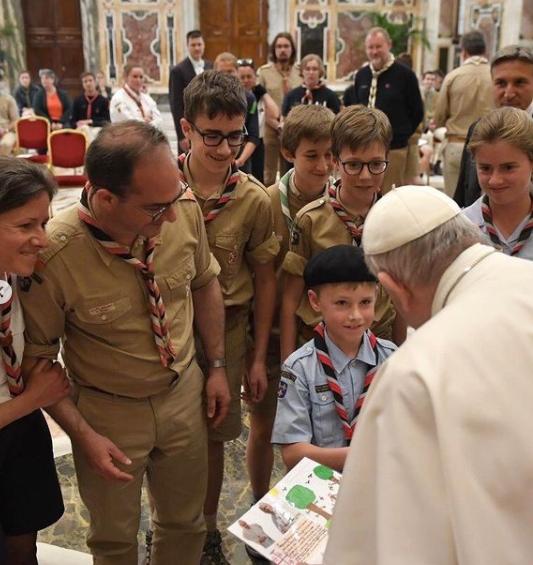 Isso aconteceu porque enquanto ele cumprimentava alguns fiéis na Praça de São Pedro, no Vaticano (Foto: Instagram)