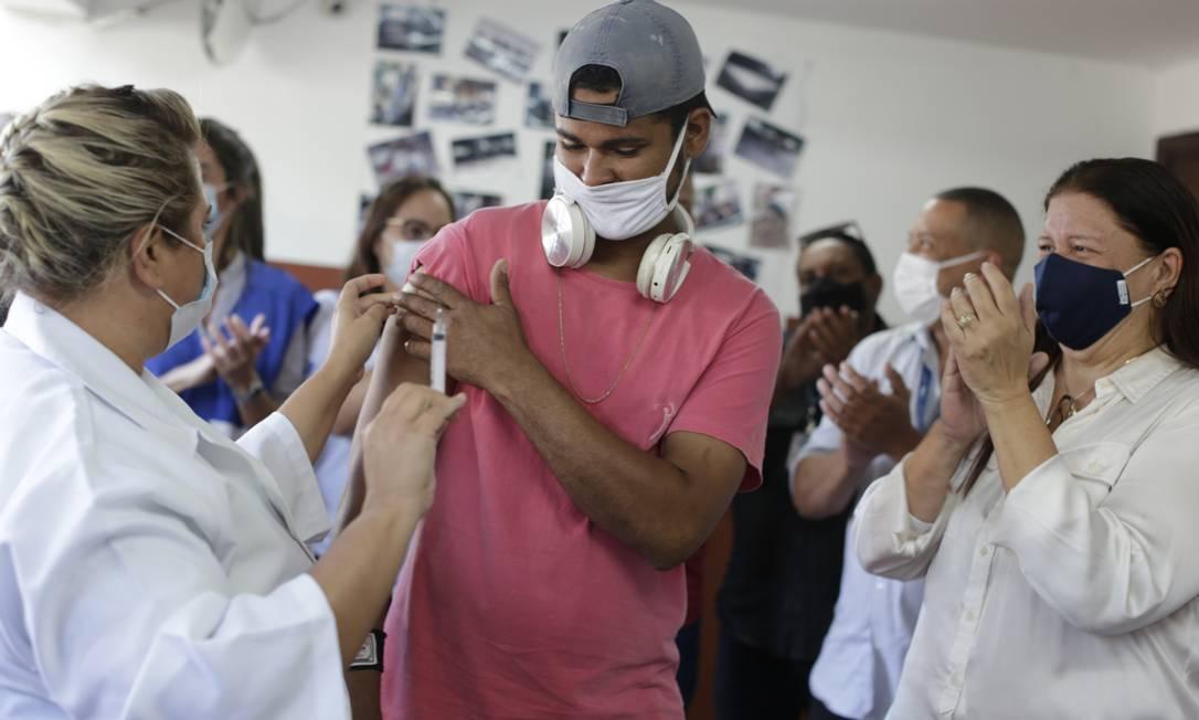 Jovem em situação de rua acolhido por unidade municipal na Taquara, na Zona Oeste, é aplaudido ao ser vacinado contra Covid-19 (Foto: Twitter)