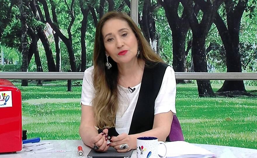 """""""Fora a própria espontaneidade do Tiago Leifert, gente como a gente, apresentando o programa com muita naturalidade"""", elogiou a apresentadora (Foto: RedeTV)"""