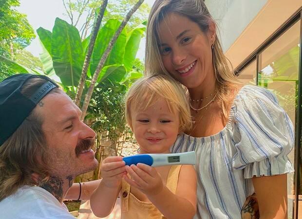 Shantal e seu marido, Mateus Verdelho, anunciaram a gravidez ao lado do primogênito, Pippo (Foto: Instagram)