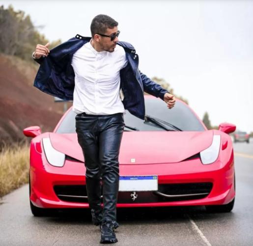 Carlinhos Maia e sua Ferrari Italia vermelha de 940 mil a 1,4 milhão (Foto: Instagram)