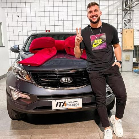 Apesar de não ganhar o BBB ou um carro da Fiat no reality, Arthur Piccoli realizou o sonho do carro próprio (Foto: Instagram)
