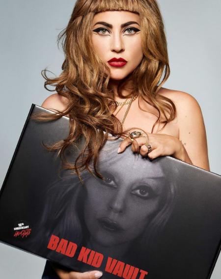 """Gaga fez um acordo com a Target: Uma edição exclusiva de seu segundo álbum, Born This Way, com remixes e cortes adicionais de estúdio, para serem vendidos exclusivamente pela agência. """"Parte do meu acordo com a Target é que eles têm que começar a se afiliar com grupos de caridade LGBT e começar a reformar e fazer as pazes pelos erros que eles cometeram no passado. Aparentemente, eles não fizeram o suficiente. Um mês depois, Gaga voltou para as notícias quando anunciou o fim da parceria. (Foto: Instagram)"""