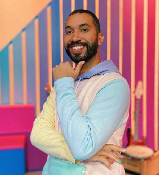 Gilberto tem mostrado e contado um pouco de sua experiência como homem gay, negro e religioso dentro da sociedade (Foto: Instagram)