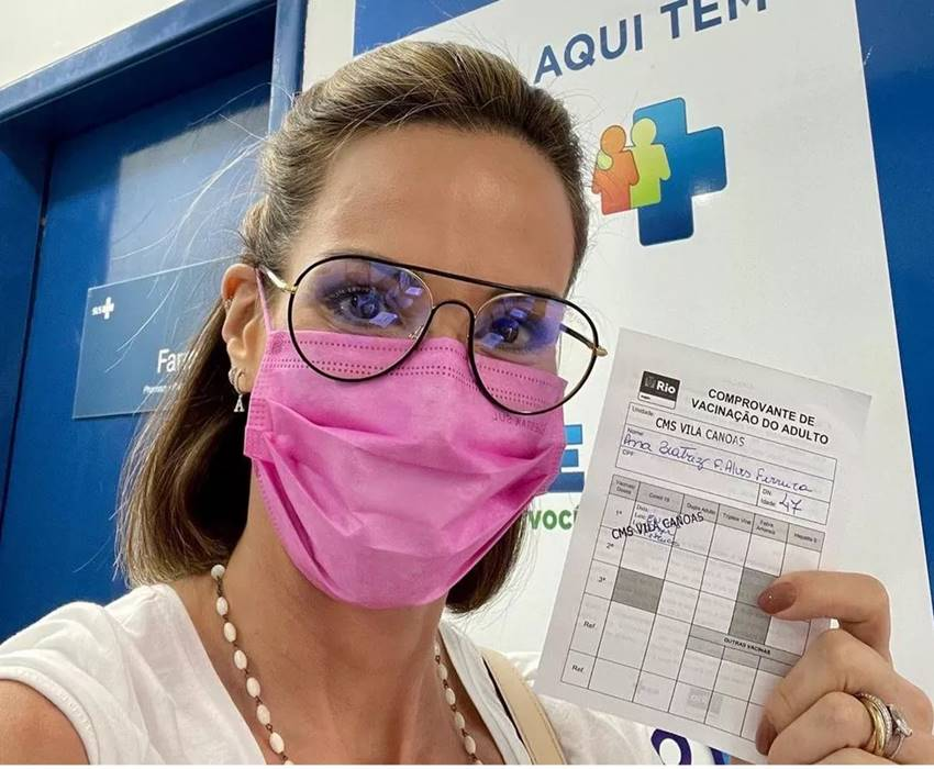 Aos 47 anos de idade, a apresentadora Ana Furtado resumiu seu sentimento ao ser vacinada contra a Covid-19.: