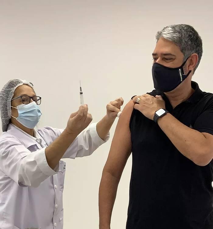 Aos 57 anos de idade, William Bonner tomou a primeira dose da vacina contra a Covid-19 nesta segunda-feira (7). (Foto: Twitter)