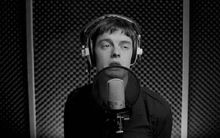 """""""Control"""" - Apresenta a história e os últimos anos de vida de Ian Curtis, vocalista da banda inglesa Joy Division. O filme é todo em preto e branco e o nome tem referência a famosa música 'She's Lost Control'. (Foto: Divulgação)"""