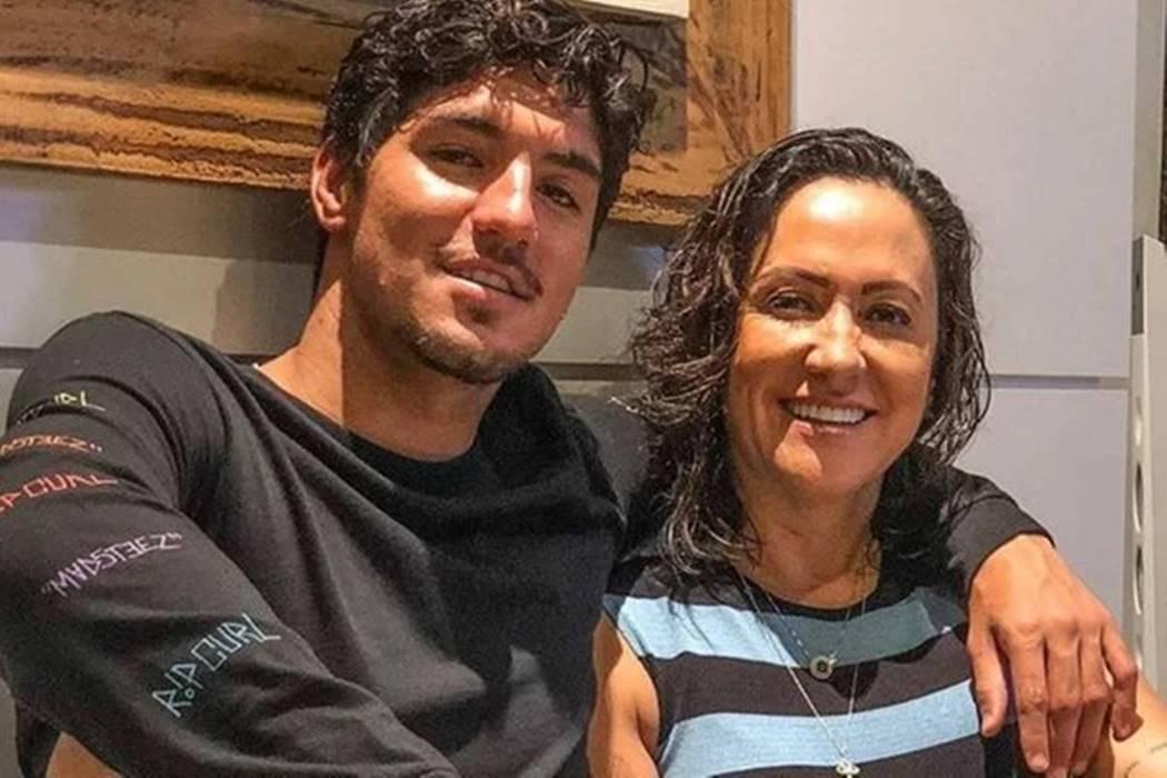 Gabriel também está brigado com a mãe. A empresária, inclusive, criticou a esposa do surfista, Yasmin Brunet, e disse que ela é controladora e que afastou Gabriel de toda a família. (Foto: Instagram)