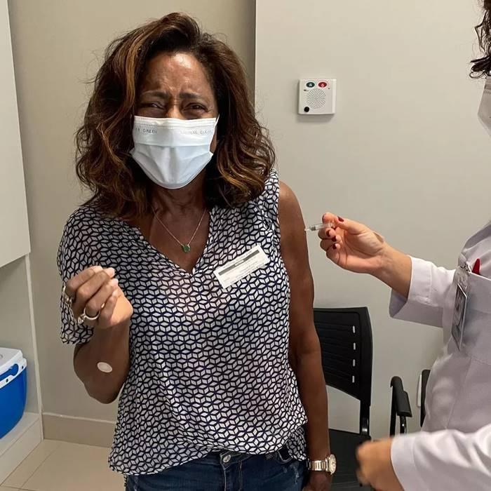A jornalista Gloria Maria esbanjou emoção e bom humor ao publicar no Instagram que foi vacinada com a segunda dose da vacina contra a Covid-19 e que o