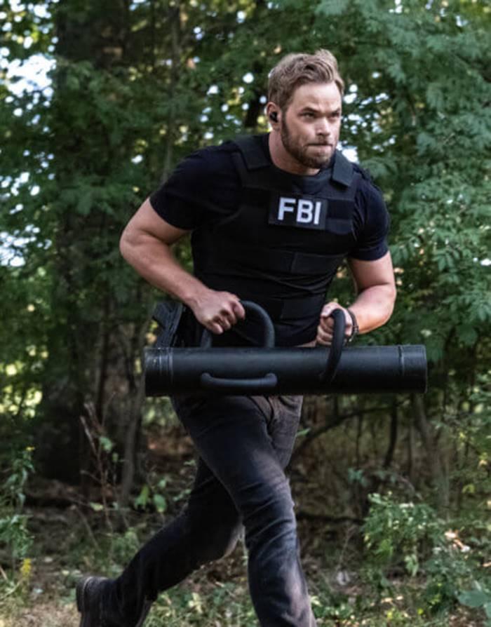 """Kellan Lutz, deu vida ao vampiro Emmett Cullen nos filmes da franquia Crepúsculo, depois do final da saga o ator estrelou alguns filmes de pouca expressão, porém voltou aos holofotes com a série """"FBI: Os Mais Procurados"""", que atualmente está em sua terceira temporada. (Foto: Divulgação)"""