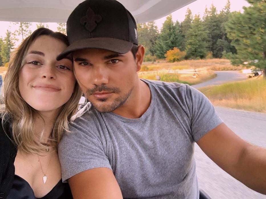 Taylor se casou em outubro de 2020 com Taylor Dome e segue ativo nas redes sociais mostrando momentos da sua vida ao lado da esposa. (Foto: Instagram)