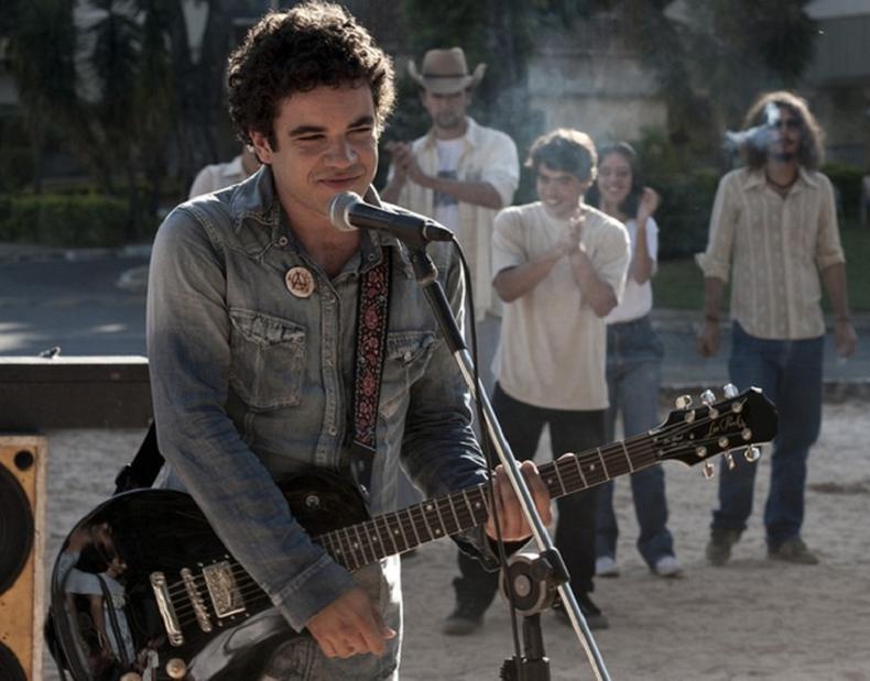 """""""Somos Tão Jovens"""" - Infeliz e desajustado, o jovem Renato Manfredini Júnior sonha em se tornar o líder de uma grande banda de rock. Quando descobre o movimento punk, ele adota o nome de Renato Russo e forma uma banda com amigos. (Foto: Divulgação)"""