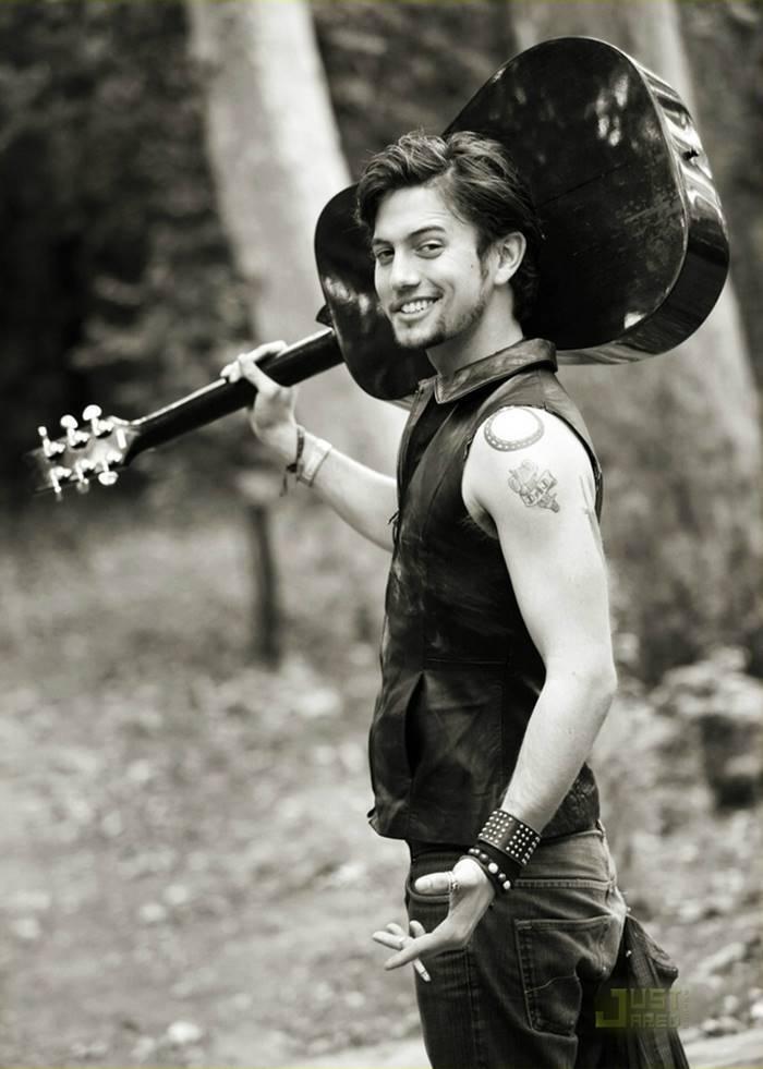 Além da carreira de ator, ele também na carreira de cantor e é membro da banda 100 Monkeys. (Foto: Divulgação)