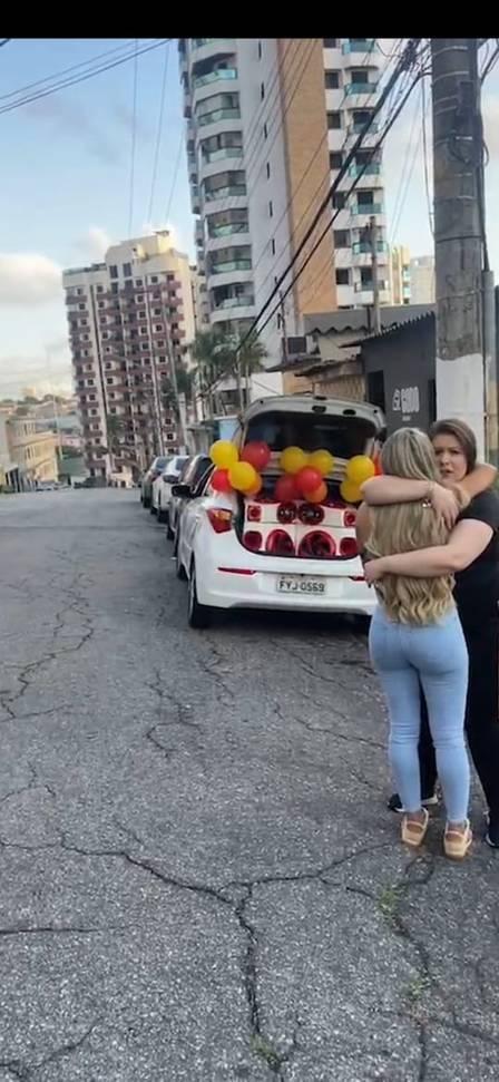 Deolane Bezerra recebeu uma surpresa especial de Dia dos Namorados, no último sábado (12). A viúva de MC Kevin ganhou um carro de som com mensagem romântica e uma carta escrita pelo funkeiro. A surpresa, segundo ela, teria sido programada pelo cantor antes de morrer. (Foto: Instagram)