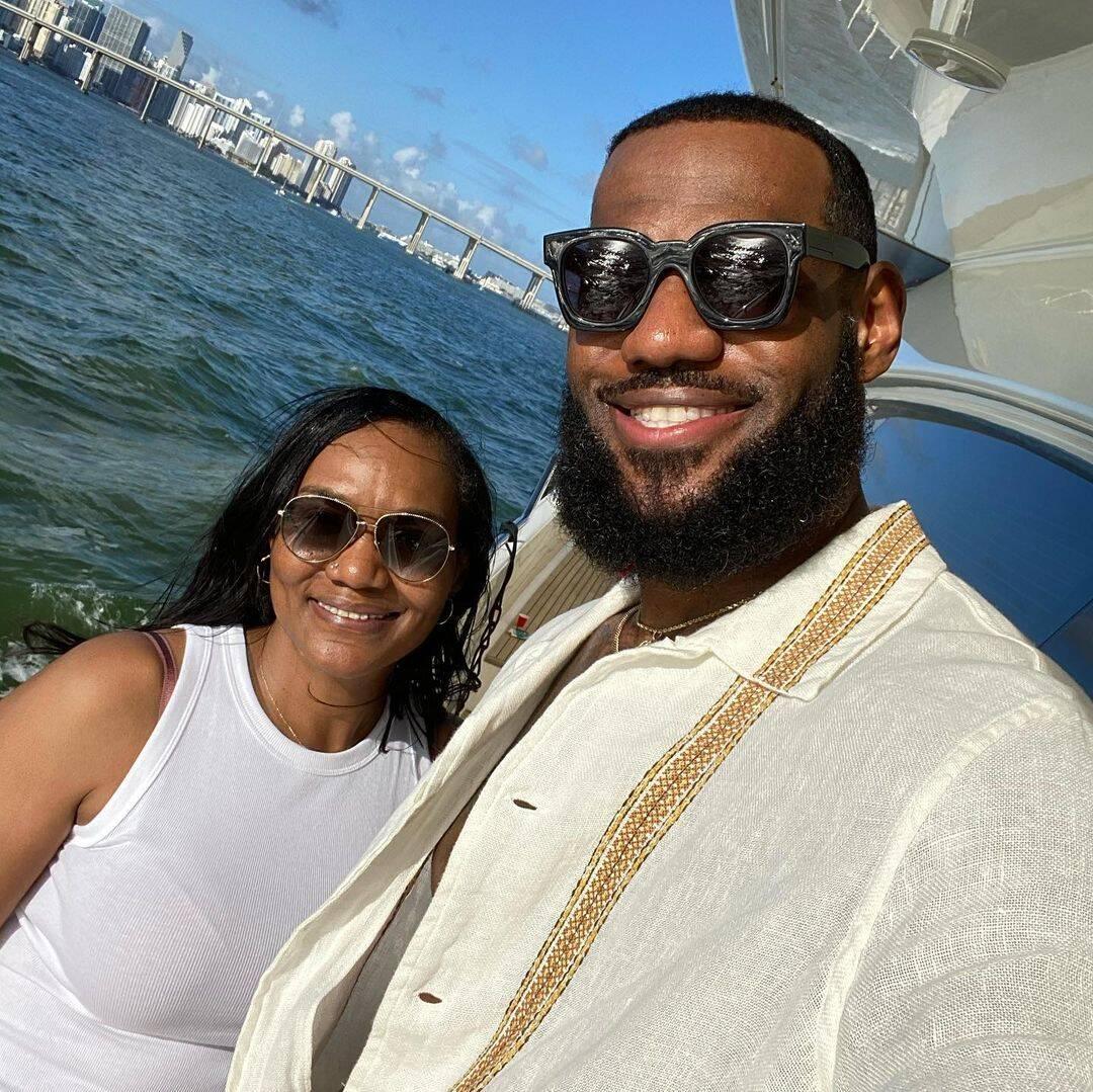O jogador de basquete LeBron James teve sua casa pichada com frases racistas (Foto: Instagram)