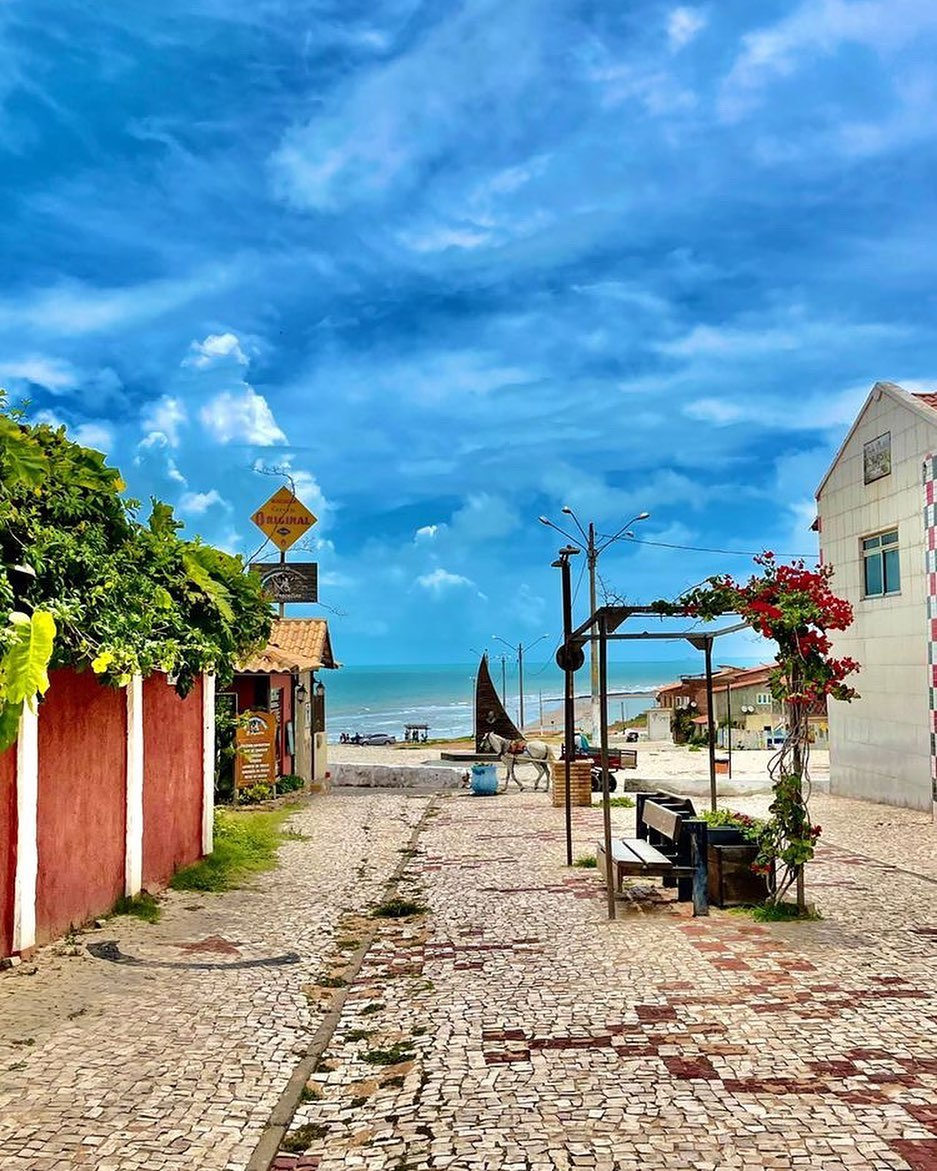 Canoa Quebrada é a alternativa mais barata no Ceará, sem perder nem um pouco da beleza. A praia é incrível, com um cenário de falésias e mar de cor verde esmeralda inacreditáveis. (Foto: Instagram)