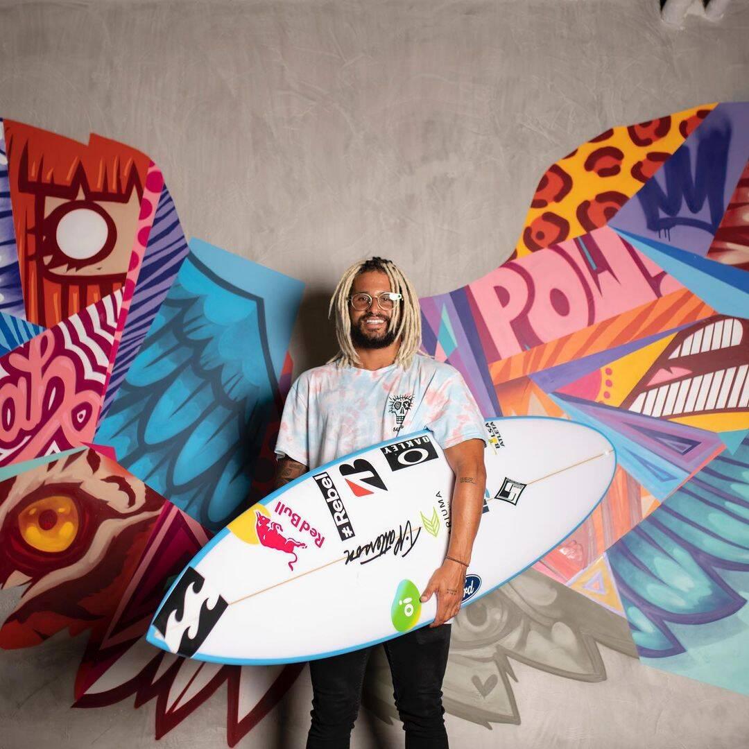 Ítalo Ferreira é o primeiro campeão olímpico da história do surfe. O brasileiro alcançou o feito na madrugada desta terça-feira e levou a medalha de ouro. (Foto: Instagram)