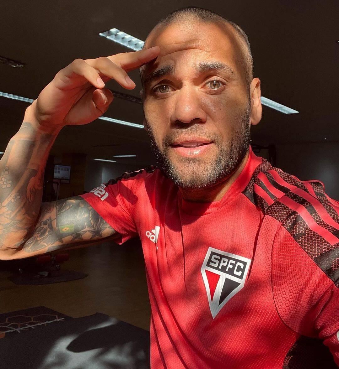 Jogador de futebol Daniel Alves, foi vítima de racismo quando viu jogarem uma casca de banana em sua direção, durante uma partida de jogo (Foto: Instagram)