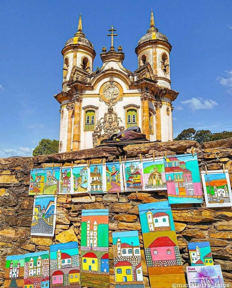 As principais atrações de Ouro Preto são suas igrejas históricas. A Igreja de São Francisco de Assis, por exemplo, tem fachada de Aleijadinho e interior pintado por Mestre Ataíde e custa R$ 10,00. (Foto: Instagram)