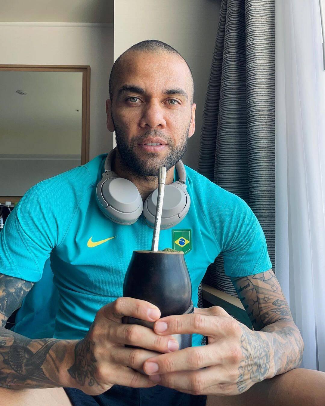O atleta respondeu os gestos, comendo a banana que jogaram (Foto: Instagram)