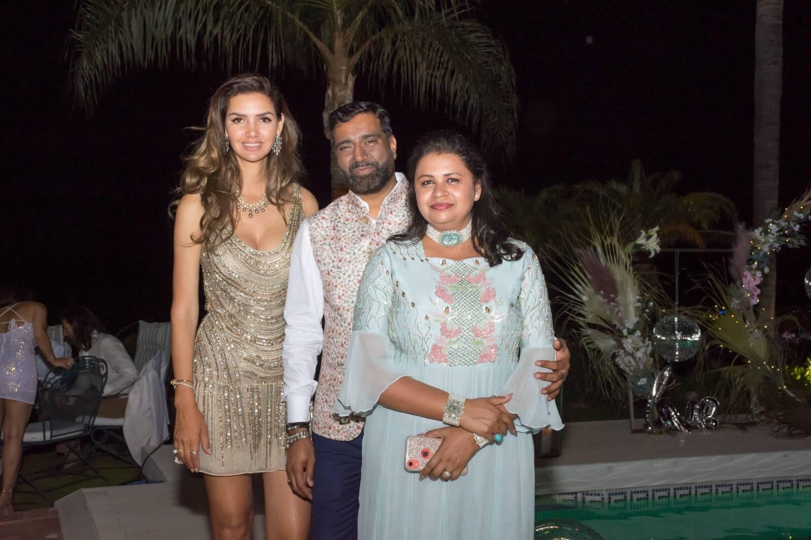 A estilista brasileira, Ana Maria Macedo, proprietária da Anamaria Couture, juntamente com os joalheiros Manish Jain e a sua esposa Chanchal Jain, (Foto: Divulgação)