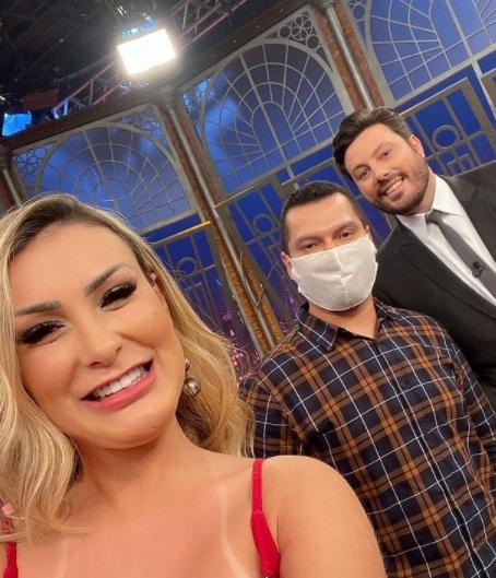 Andressa Urach usa look de 100 mil reais em premiação