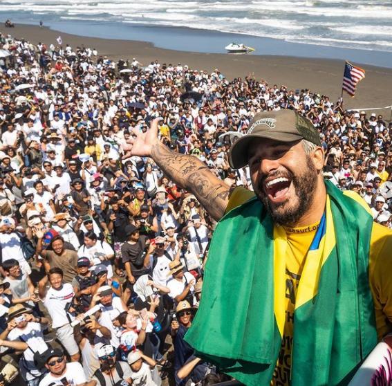 O surfista entrou para a elite do surfe mundial em 2015, aos 21 anos - na época, foi considerado o melhor estreante do circuito. Em 2019, conquistou o título mundial e, atualmente, ocupa a vice-liderança do ranking mundial, atrás justamente de Gabriel Medina. (Foto: Instagram)