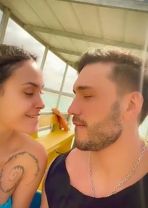 O casal estava se beijando quando foram atrapalhados pela cadelinha de Lucas, Malu (Foto: Instagram)