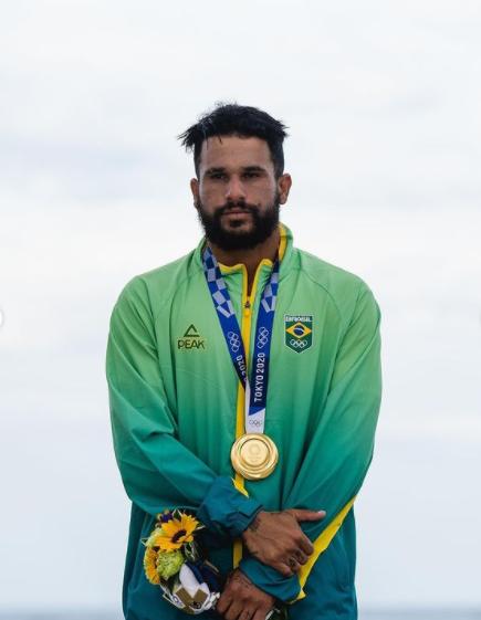 Italo Ferreira levou o primeiro ouro do Brasil, na estreia do Surf como modalidade do evento (Foto: Instagram)