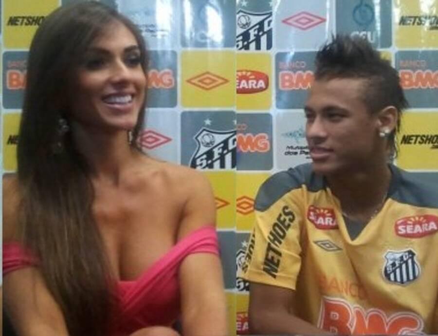 No ano seguinte, surgiram especulações sobre o romance dela com Neymar. E ela não desmentiu. (Foto: Divulgação)