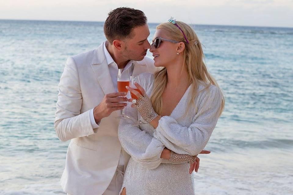 Paris e o investidor de risco, também de 40 anos, ficaram noivos em fevereiro, depois de namorar por um ano. Reum fez o grande pedido em uma ilha particular com um anel de diamante e esmeralda do designer Jean Dousset. (Foto: Instagram)