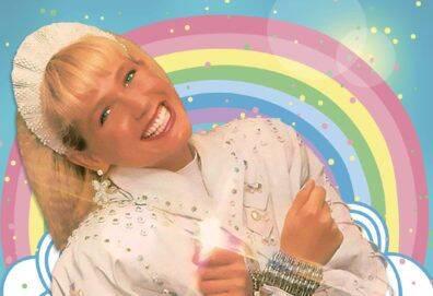 Contra o Baixo Astral - A personagem é uma apresentadora de televisão que convoca as crianças para colorirem muros pichados na cidade. Enquanto isso, Baixo Astral, um ser demoníaco que vive nos esgotos da cidade, decide se vingar sequestrando seu cachorro, Xuxo (Foto: Divulgação)