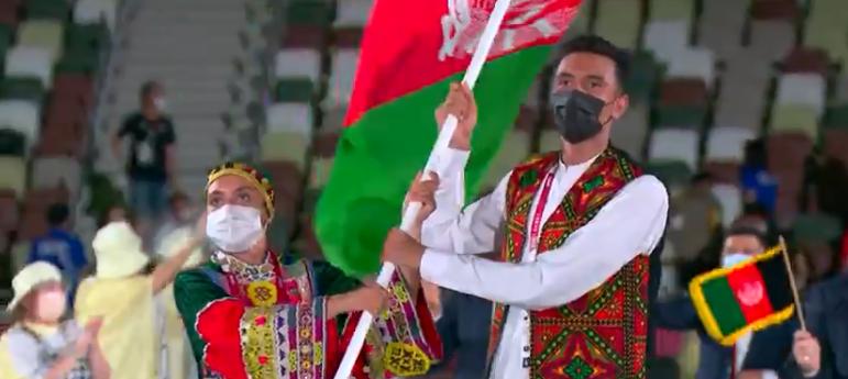 A maioria das delegações usou homens e mulheres como porta bandeiras. (Foto: TV Globo)
