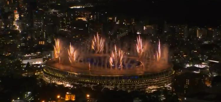 As 20h no Japão o estádio ganhou luzes. (Foto: TV Globo)