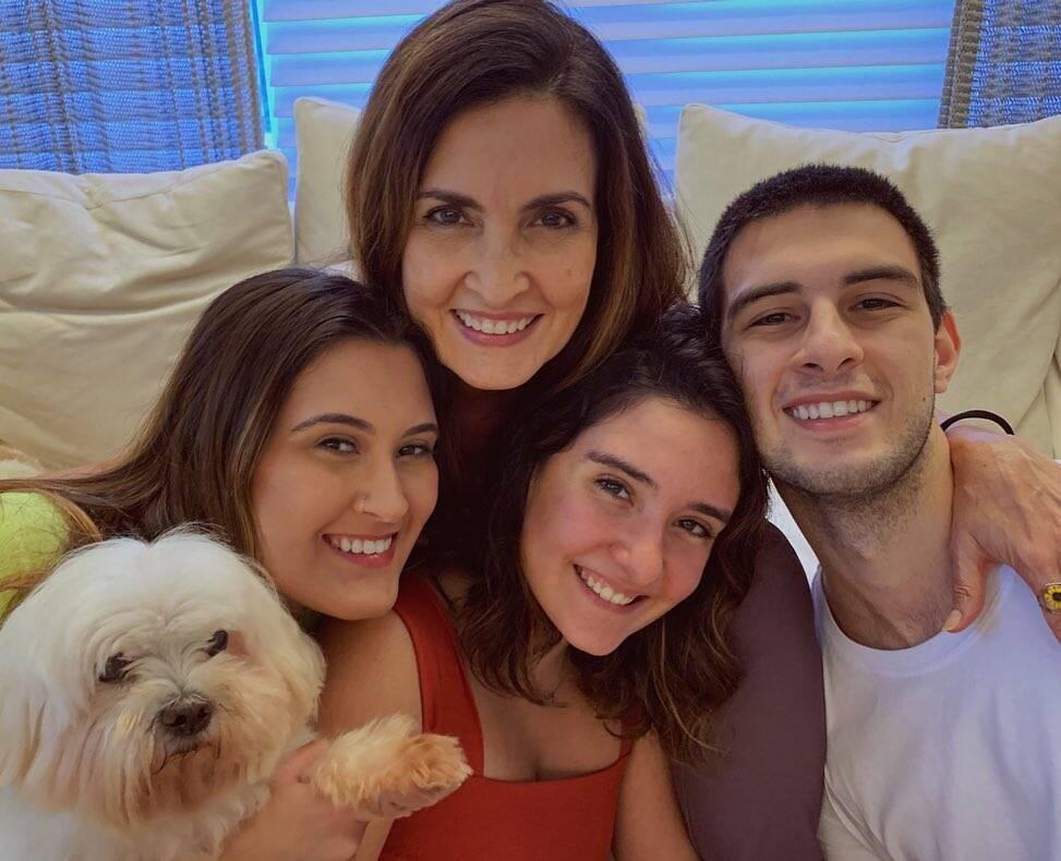 Os jornalistas Fátima Bernardes e William Bonner são pais dos trigêmeos Vinícius, Laura e Beatriz, de 23 anos. (Foto: Instagram)