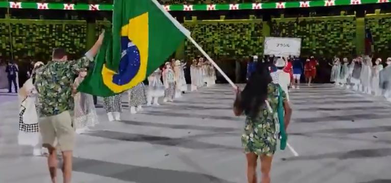 A dupla até sambou enquanto desfilava. (Foto: TV Globo)