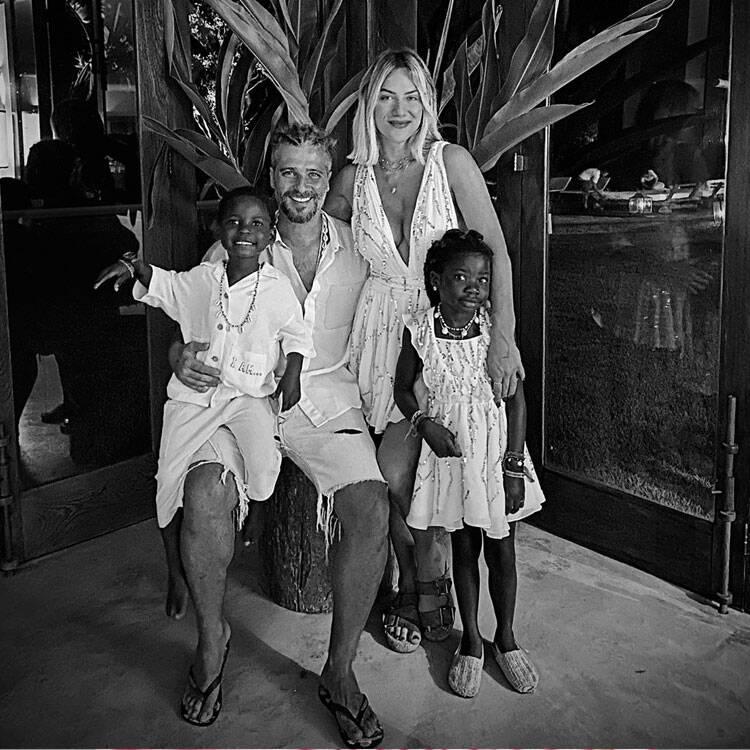 Casados desde 2010, os atores adotaram em 2016 a pequena Chissomo, apelidada de Titi. A adoção foi feita no Malawi, país africano, e mesmo lugar onde adotaram seu segundo filho, Bless. (Foto: Instagram)