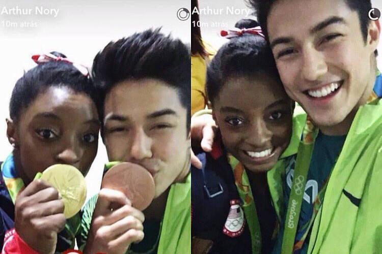 Em 2016, Arthur posou com a campeã Simone Byles (Foto: Instagram)