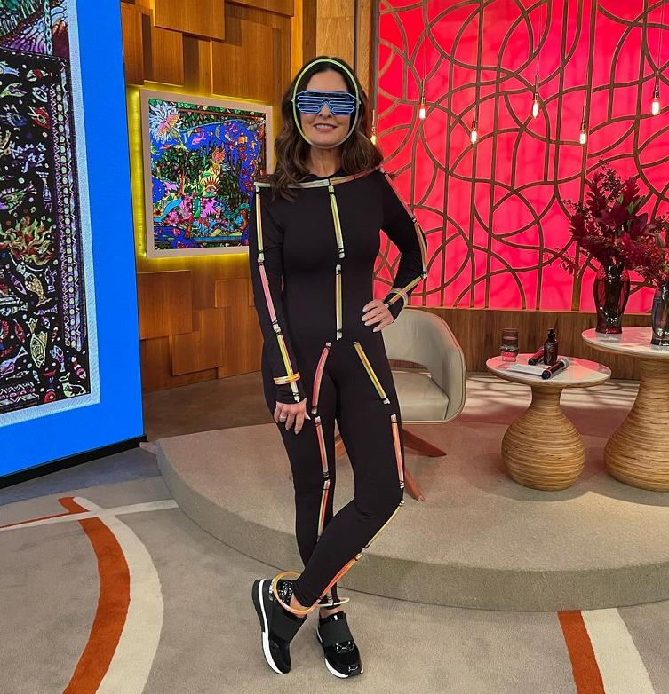 A famosa surgiu com um macacão preto com detalhes neon e dançou os hits de Barões da Pisadinha. (Foto: Instagram)