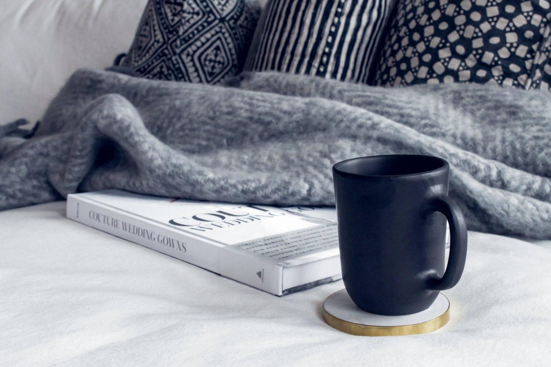 Aposte em tapetes, carpetes e almofadas de tecidos quentes ou materiais felpudos, como pelegos, pelúcia e veludo. Eles são um charme e ajudam a aquecer os ambientes da casa. (Foto: Unsplash)