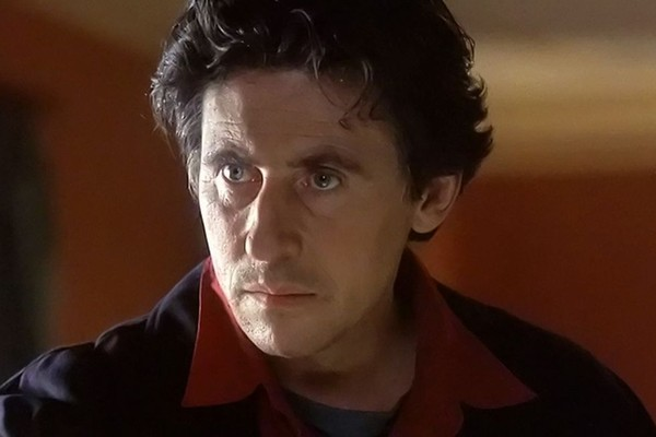 Gabriel Byrne é ator e produtor de cinema irlandês. Ele foi criado por pais católicos devotos e aparentemente tinha sérias aspirações de ingressar no sacerdócio. (Foto: Divulgação)