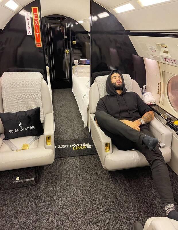 Ele surge fumando dentro da aeronave de luxo. (Foto: Instagram)